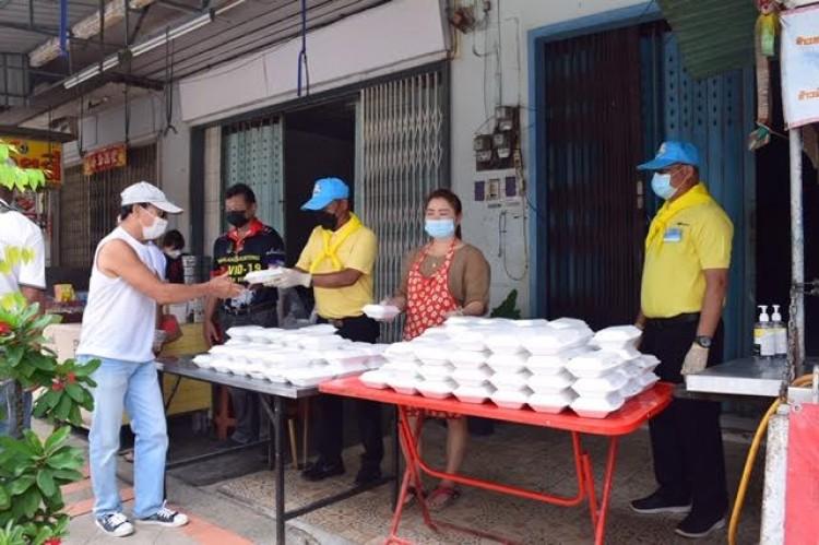 ตำรวจเบตงร่วมกับร้านข้าวหมูแดง แจกข้าวกล่องชาวบ้าน สู้วิกฤติโควิด-19
