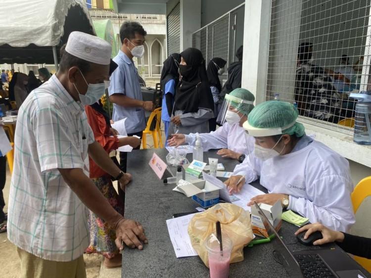 หน่วยแพทย์ พอ.สว.ฉีดวัคซีนพระราชทานให้ชาวยะลาถึงพื้นที่