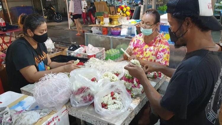 """""""ดอกมะลิ""""แพง ราคาพวงมาลัยขึ้น จากวิกฤติโควิด-19 คนซื้อให้แม่น้อยลง"""