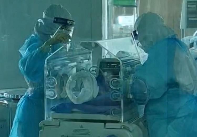 """""""บีบหัวใจหมอ"""" ทีมแพทย์ รพ.สิชล ผ่าตัดทำคลอดแม่ติดโควิด-19 รอดทั้งแม่และลูก"""