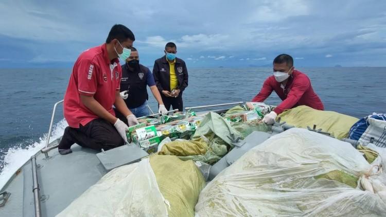ตร.น้ำโชว์ผลงานตรวจจับยาไอซ์ล็อตใหญ่ 650 ก.ก.  ขณะลอยกลางทะเล รอแก๊งค้ามารับ