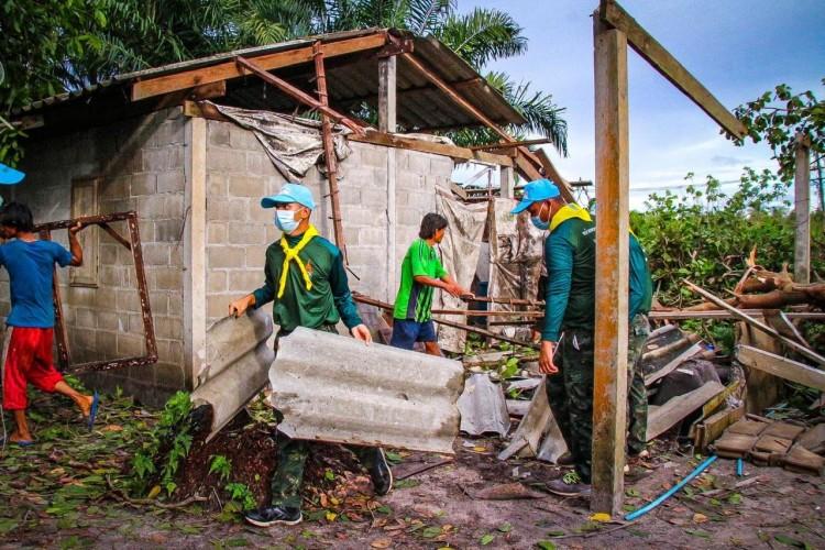 เร่งช่วยเหลือ-ชาวบ้านถูกพายุพัดบ้านพัง
