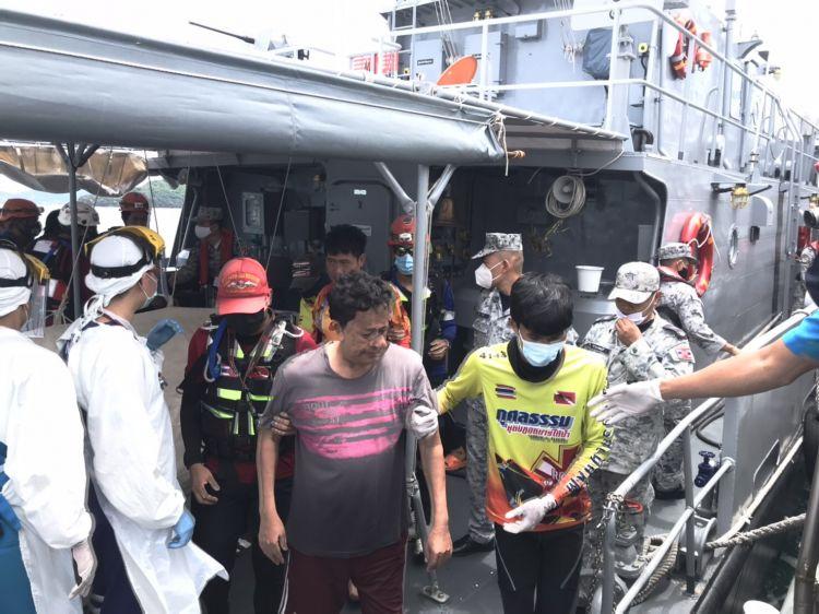 4 ประมงถูกคลื่นซัดเรือจม ลอยคอย 5 ชั่วโมง ทร.ช่วยทัน