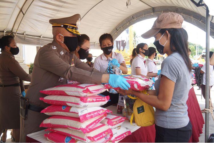 ผู้การฯสงขลา นำตำรวจแจกอาหาร ช่วยชาวบ้านสู้ภัยโควิด-19