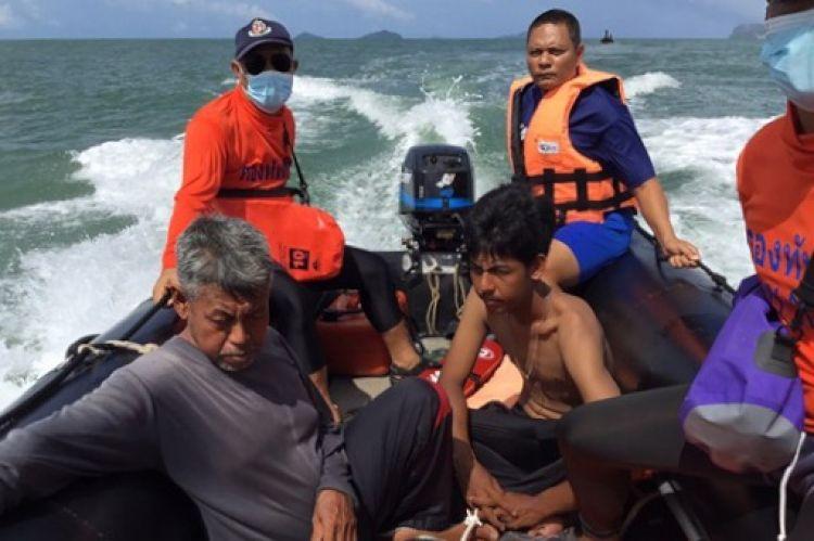 คลื่นซัดเรือดักแมงกะพรุนล่ม โชคดีเรือประมงพื้นบ้านช่วย 2 พ่อลูกไว้ทัน