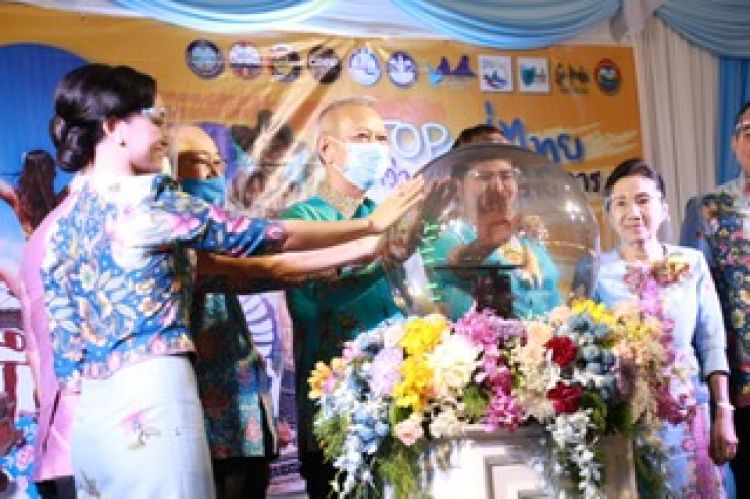 """คนสนใจงาน """"เที่ยวหนุกๆ - OTOP ทั่วไทย"""" ที่กระบี่"""